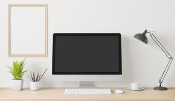 cartel interior de casa simulacro de marco y computadora sobre la mesa en el espacio de trabajo