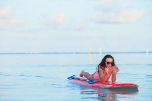 mujer relajante en un paddleboard