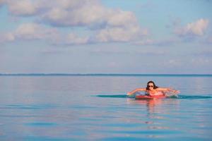 mujer entrando en la orilla en una tabla de surf