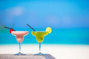 cócteles en una playa tropical foto