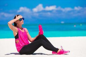 mujer, en, tropical, playa blanca, en, ropa deportiva
