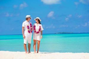 pareja en una playa tropical