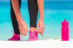 primer plano, de, un, mujer, atar, ella, zapatos