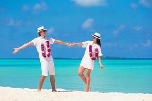 pareja divirtiéndose en la playa