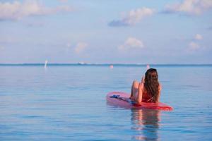 mujer en una tabla de surf en el agua