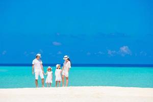 familia en una playa tropical