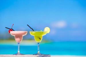 dos cócteles en una playa blanca tropical foto