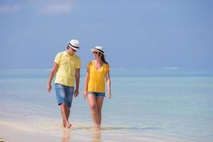pareja caminando en el agua en la playa