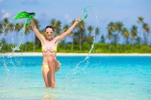 mujer divirtiéndose en el agua