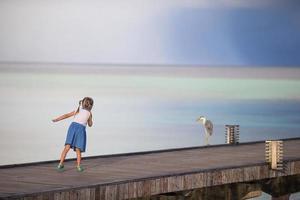 niña corriendo en un muelle