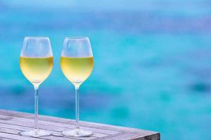 dos copas de vino en la piscina