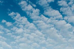 nubes blancas en un cielo azul foto
