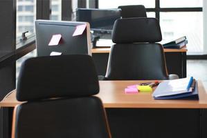 El enfoque selectivo de mesas de madera y escritorios de oficina. foto