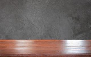 mesa de madera sobre un fondo gris oscuro foto