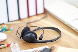 espacio de trabajo con auriculares y equipo de oficina