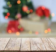 Escena navideña con árbol borroso y fondo de luces bokeh foto