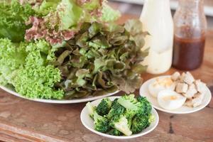 platos de verduras en una mesa de madera foto