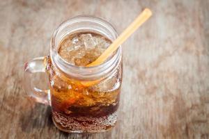Cola helada en un frasco de vidrio foto
