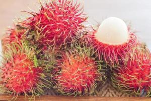 fruta roja de rambutanes
