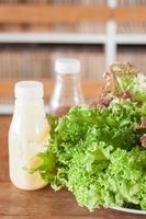 verduras y aderezo para ensaladas