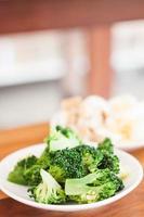 verduras en la mesa de madera foto