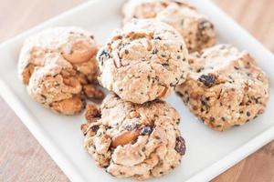 Close-up de cookies en una placa blanca. foto