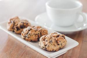 Close-up de galletas de cereales con una taza de café foto