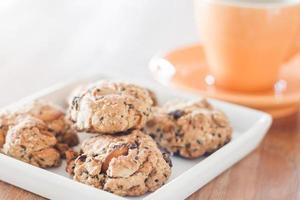 plato de galletas con una taza de café foto