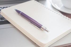 primer plano, de, un, cuaderno, con, un, bolígrafo foto
