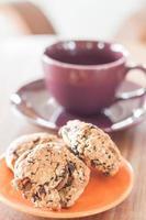 Close-up de galletas de cereales en una placa naranja foto