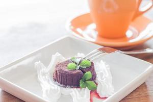 lava de chocolate con una taza de café naranja