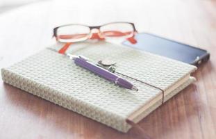 cuaderno verde con accesorios foto
