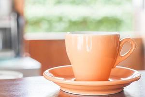 taza naranja sobre una mesa