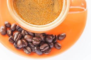 Espresso shot y café en grano aislado sobre fondo blanco. foto