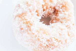 Close-up de una rosquilla cubierta de copos de coco