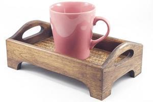 taza roja en una bandeja de madera foto