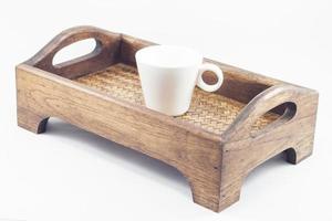 Taza de café con leche en una bandeja de madera