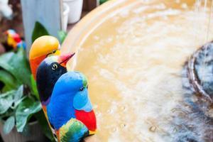 adornos de aves en un jardín