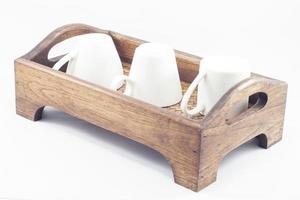 Tazas de café con leche en una bandeja de madera