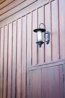 pared de madera con una luz en ella foto