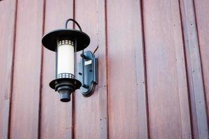lámpara en una pared de madera foto