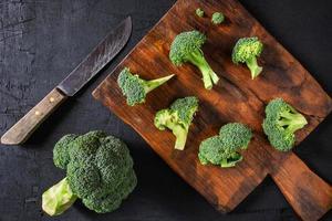 floretes de brócoli en una tabla para cortar foto