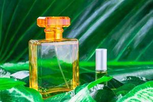 botella de perfume naranja foto