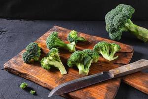 brócoli en una tabla de cortar