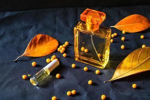 frasco de perfume con hojas