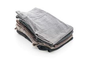 prendas dobladas sobre fondo blanco