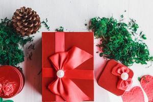 Caja de regalo roja sobre fondo blanco para el día de Navidad foto