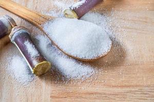 azúcar blanco en cuchara de madera