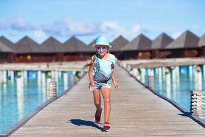 Maldivas, Asia del Sur, 2020 - Chica corriendo en un muelle en un resort foto