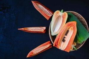 Papaya madura sobre fondo de madera foto